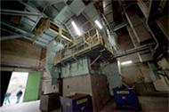 パワフルなクボタ竪型破砕機で廃棄物を事前に細かく砕くといった簡単な前処理だけで投入可能。埋立地の修復なども可能に。