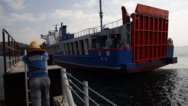 トラックには専用の船で直島に運ばれます