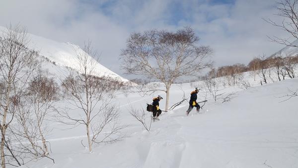 道のない雪の上を徒歩で