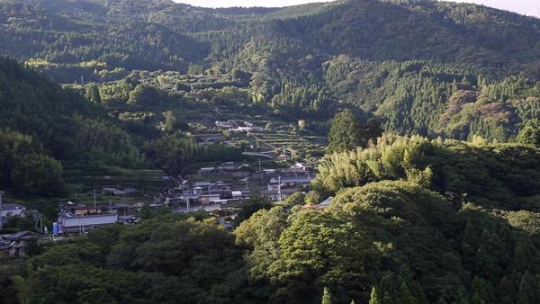 山の斜面に点在する集落